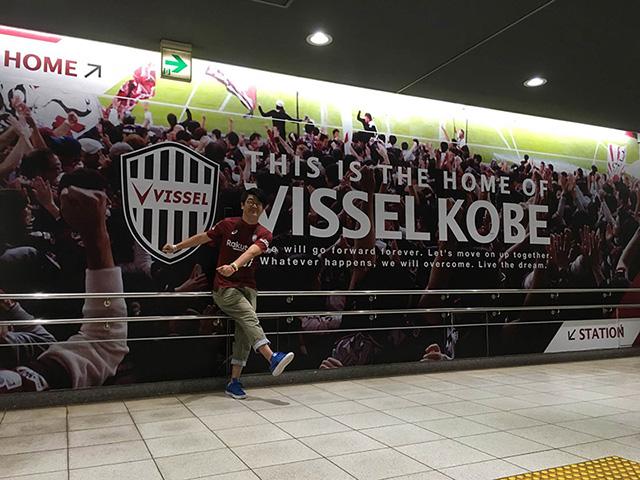 地上へ上がる階段の踊り場はヴィッセル神戸の写真がドーン!とあります!!THIS IS HOME OF VISSEL KOBE!!